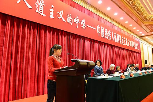 图为四川省都江堰市第四中学学生黄思雨在纪念会上发言