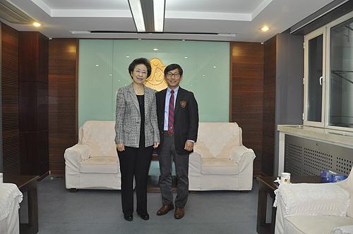 图为中国残疾人福利基金会理事长王乃坤与衣恋集团(韩国)福利财团法人总代表郑永一先生