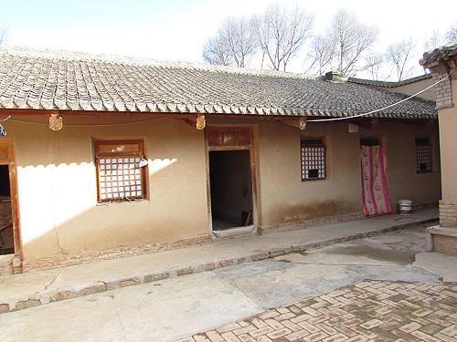 圖為小亮家所居住的土房