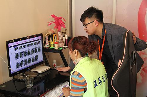 图为王婧在家中接受集善乐业项目培训老师的业务指导