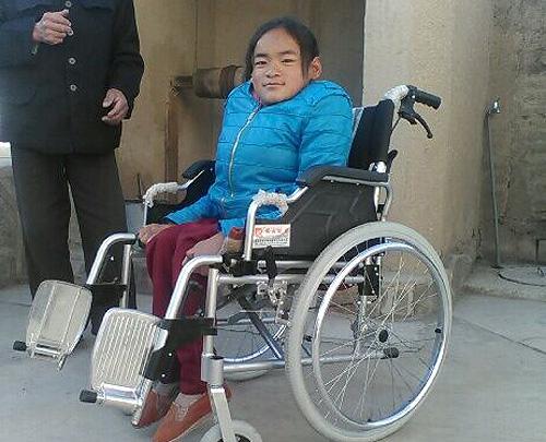 圖為集善殘疾兒童助養項目為小亮配發的新輪椅