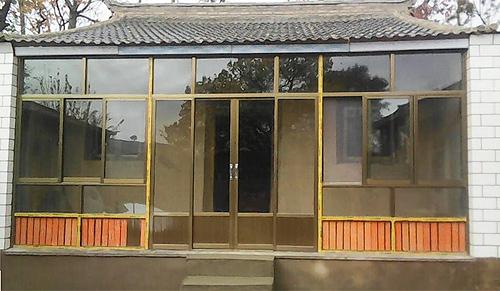 图为项目办为小奋家的泥土房进行更换瓦片、窗户,加砌承重砖墙等修缮改造