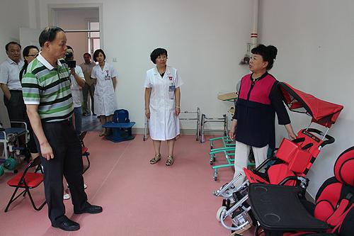 图为许小宁副理事长一行赴八师石河子市儿童残疾预防康复中心监管阳光伴我行公益项目执行情况