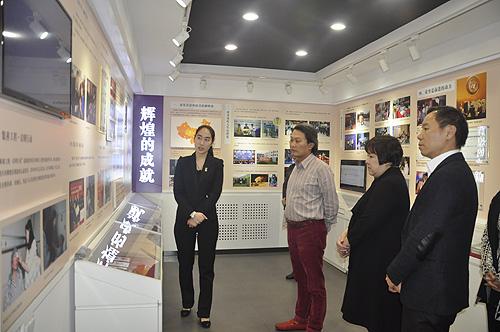 图为姜惠琳总裁一行参观我会展室