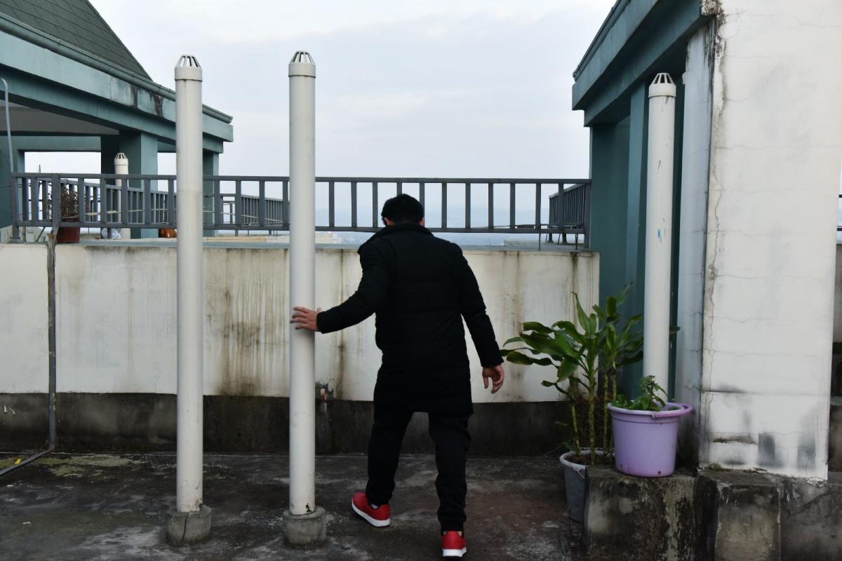 穿着鞋子,在楼顶穿着义肢进行适应性训练