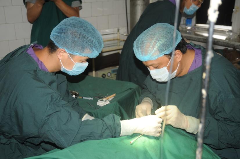 白内障项目医生为患者手术