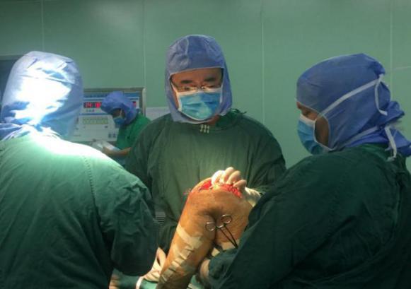 骨关节康复项目专家为贫困患者实施手术