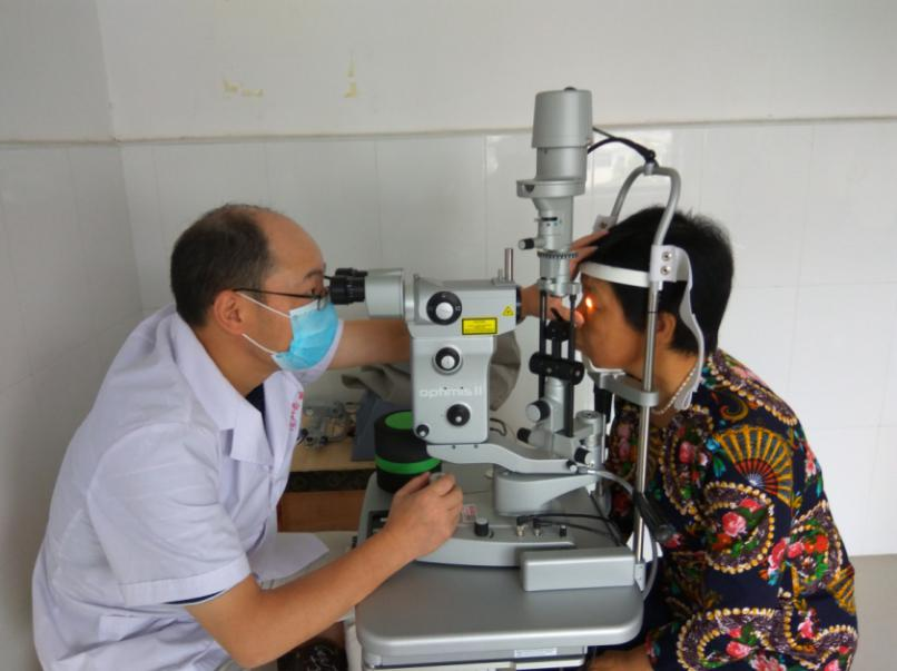 白内障项目受助患者术后检查
