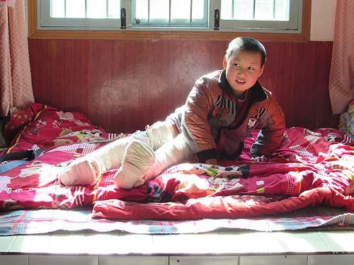 小帅坐在装有暖气温暖的家中,露出久违的笑容