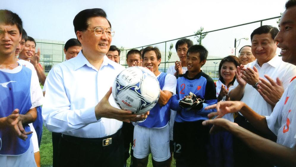 2008年8月,胡锦涛在中国残疾人奥林匹克运动中心看望残疾人运动员。