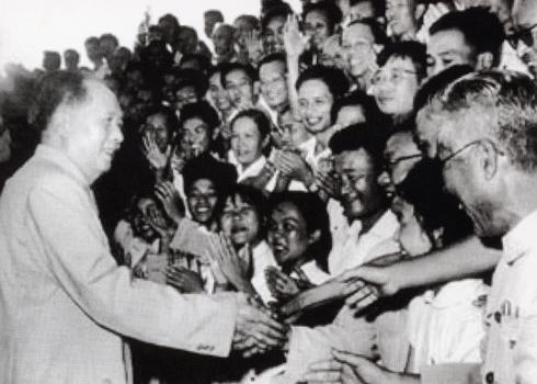 1960年7月,毛泽东接见第三次全国文代会代表。前排右四为盲人艺术家韩起祥。