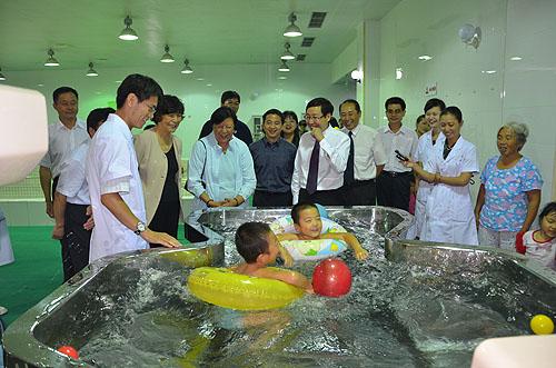 图为我会汤小泉理事长陪同香港马会范徐丽泰董事赴八一康复中心检查项目工作