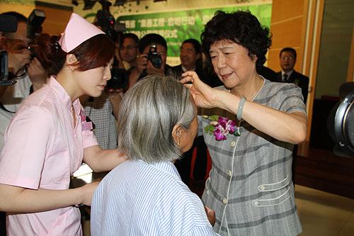 汤小泉理事长为贫困白内障手术患者揭纱布
