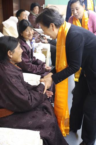 圖為王乃坤理事長與貧困骨關節患者交談 - 副本.jpg
